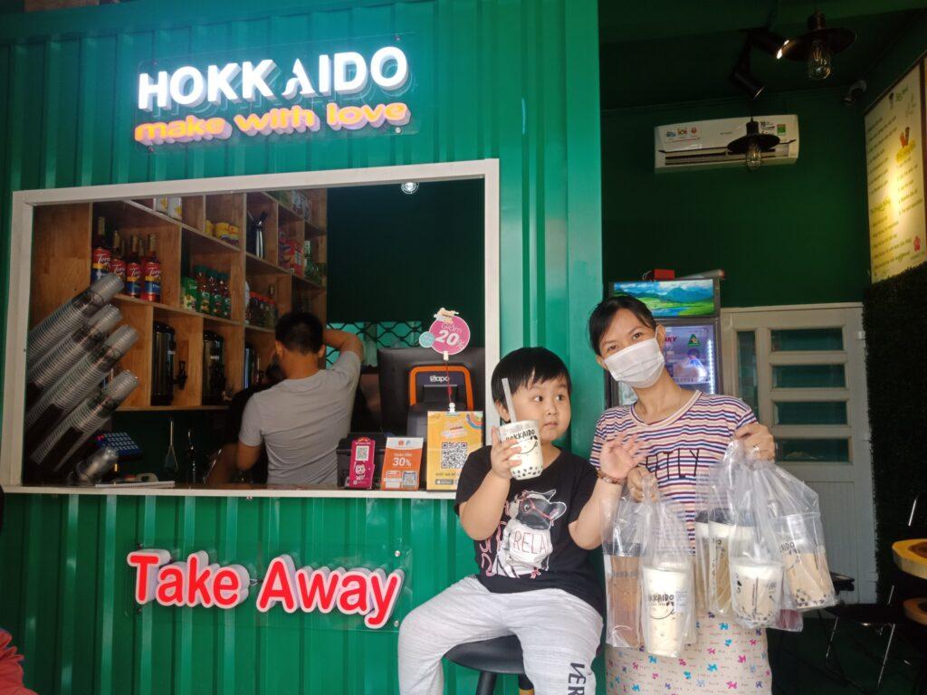 uống trà sữa, khách hàng của Hokkaido Tea